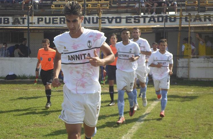 (El equipo dirigido por Cesar Rodríguez ingresando al campo de juego)