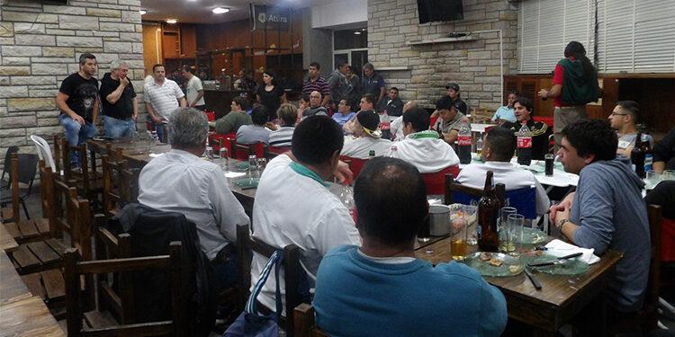 (Julio Sigales, Nestor Echarren, Darío Altamirano, Andrea Herrera y Martin Correa junto a los trabajadores de Envasado y Carga de leche)