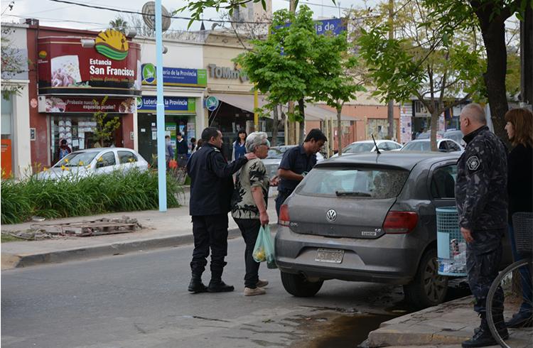 (La mujer acompañada por la policía encuentra su auto)