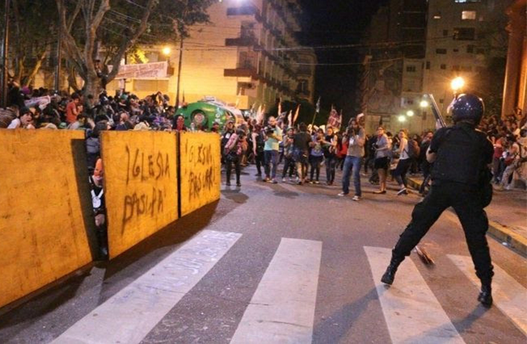 (La Policía reprimió la marcha del Encuentro Nacional de Mujeres)