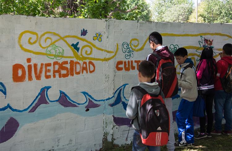 (Los estudiantes y profesora en pleno proceso del mural)