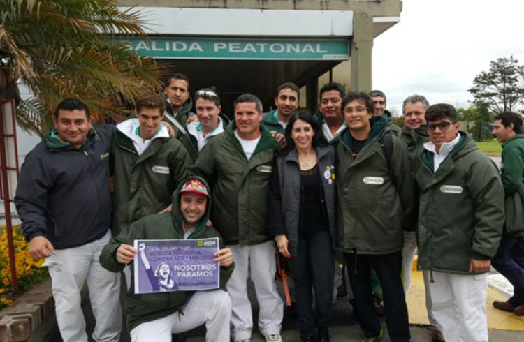 (Delegad@s gremiales acompañando a las trabajadoras en el paro)