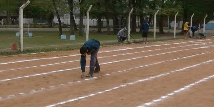 (Atletas rodriguenses que repararon los daños que sufrió la pista de atletismo y el campo de entrenamiento luego de las exposiciones realizadas por el gobierno municipal)