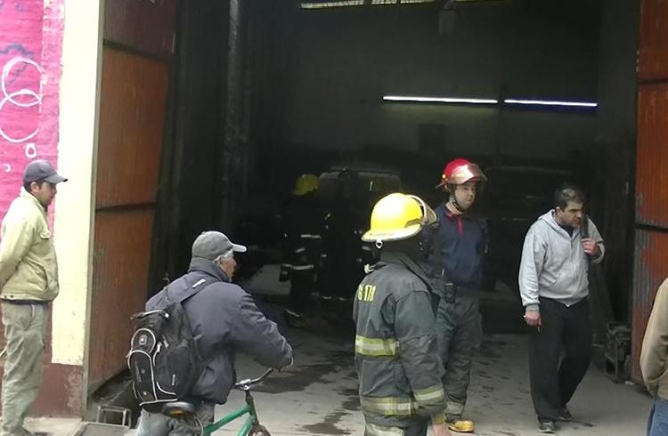 (Los bomberos voluntarios trabajando en el lugar)
