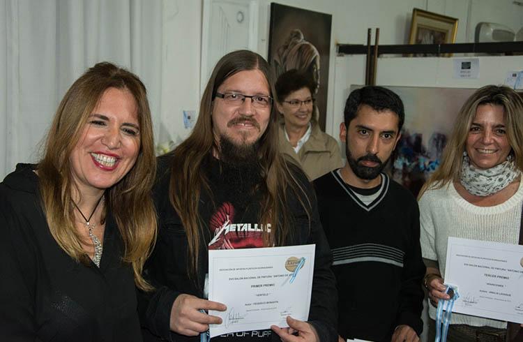 (Carolina Filice directora de Aapro junto a los artistas que obtuvieron los 3 primeros puestos de la muestra)