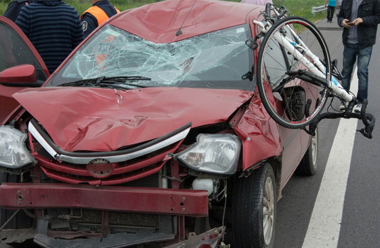 (Automóvil que impactó a los ciclistas sobre la Ruta 6)