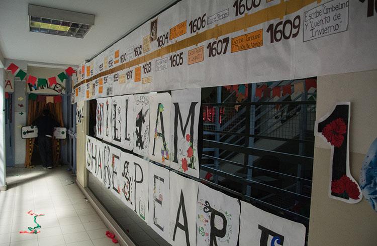 (Las paredes del colegio decoradas para la ocasión)