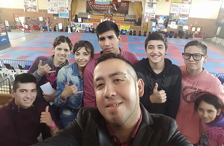 (Walter Alfonso, y sus alumnos de la escuela Espíritu Guerrero)