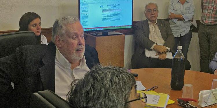 (Claudio Hoenigfeld, Director de Ingresos Públicos, reunido con los comerciantes)