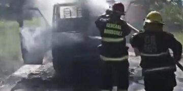 (Los bomberos de la localidad trabajando sobre el camión)