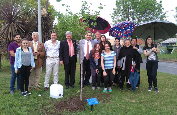 (Miembros del Rotary local con el gobernador del distrito)