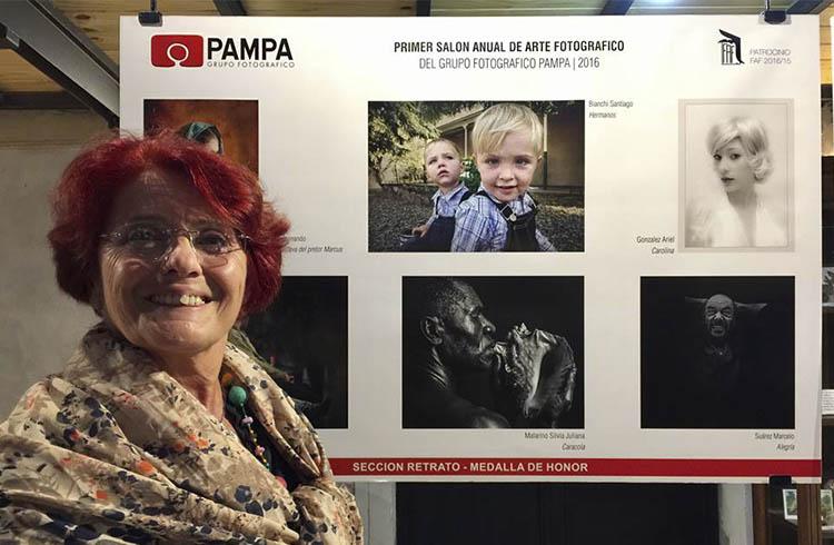 (Silvia Malarino junto a una de sus obras –Caracola-  en Salón anual de arte fotográfico del Grupo Pampa)