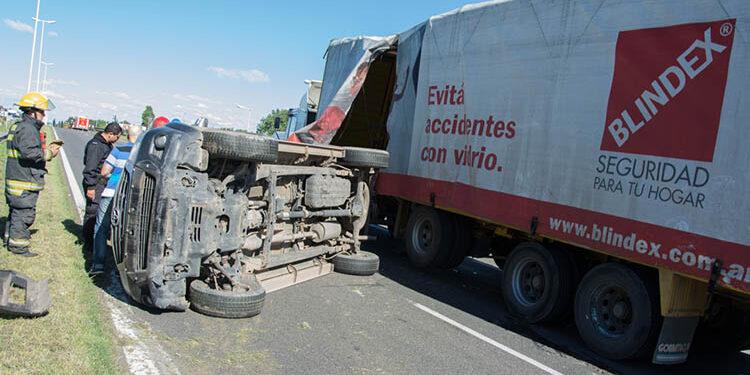 (La Hilux volcada y el camión dos protagonistas de la tarde)