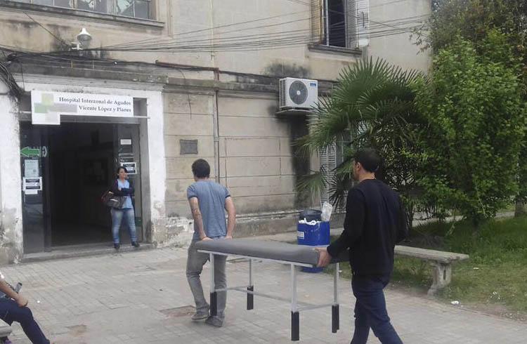 (Los concejales Reinaldo Torres y Mauro García entregando  camillas restauradas)