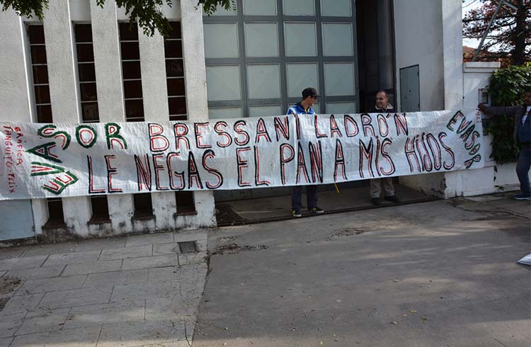 (Fotos del frente de la empresa sobre la calle España durante el conflicto en el mes de mayo de este año)
