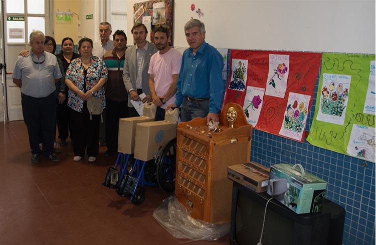 (El grupo del Rotary, con las donaciones en la sala de geriatría del hospital)