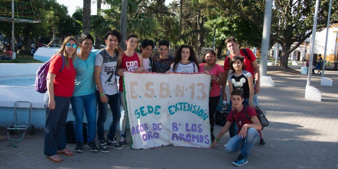 (Natalia Rodríguez y Fernando Díaz junto a los alumnos de la ESB N° 13)