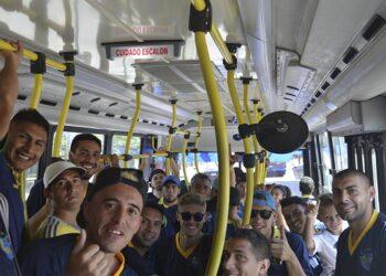 (El conjunto de Leandro N. Alem viajando rumbo al estadio de Liniers en la Linea 180)