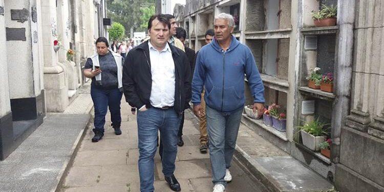 (Darío Kubar y Marcos Lemos, Director del Cementerio Municipal)