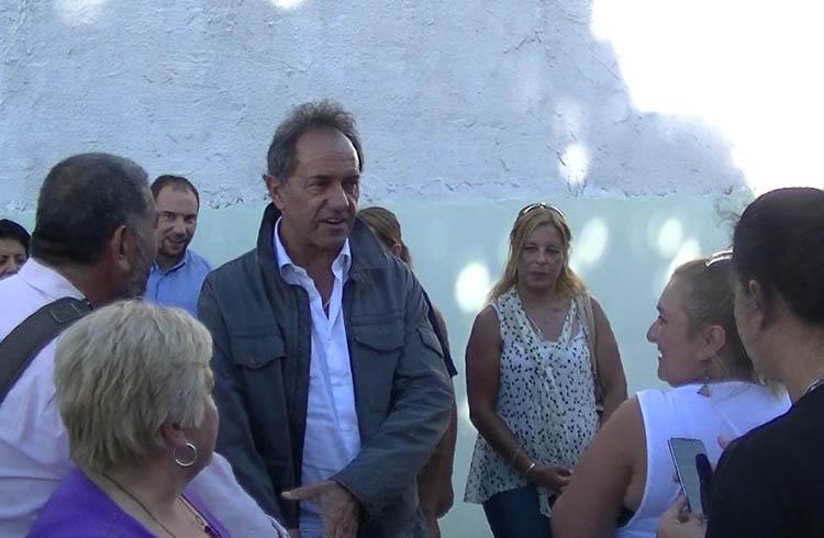 (El ex gobernador de la Provincia de Buenos Aires sacándose fotos con los concurrentes)