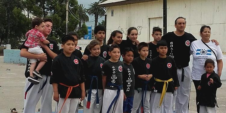 (Rosana Chávez junto a los integrantes de Chai Do Kwan, del Club Costa Brava)