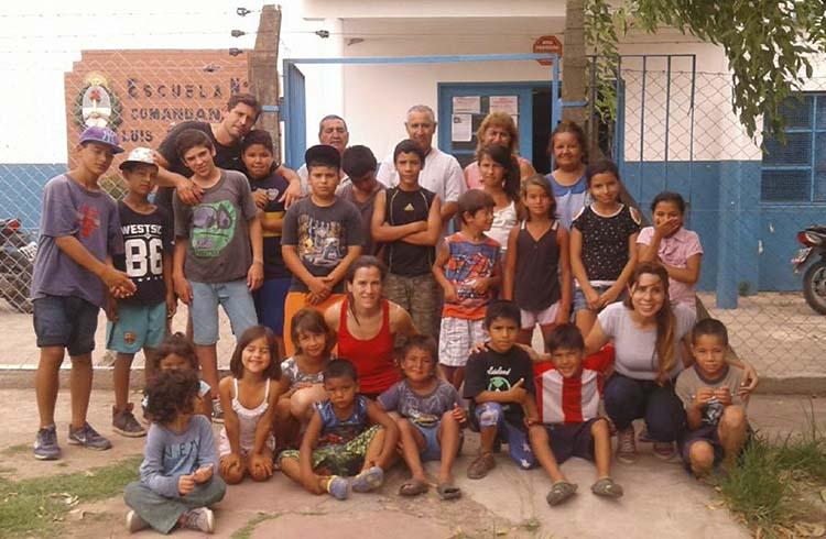 (Arriba a la izquierda, Fernando Díaz, Director de la Escuela de Verano N° 16 junto con el grupo de chicos del barrio que concurren a la Escave)