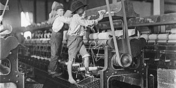 Niños trabajando en las fábricas en plena revolución industrial.