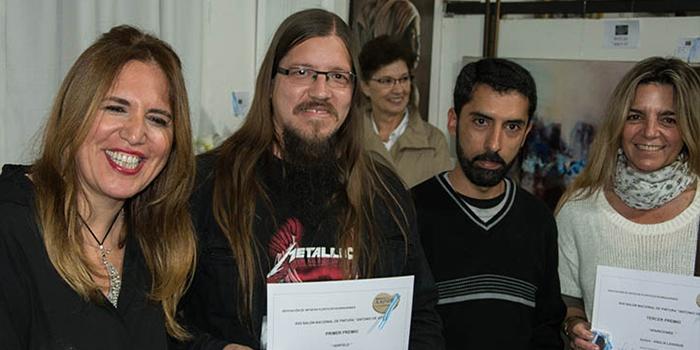 Carolina Filice, directora de Aapro, junto a los artistas que obtuvieron los 3 primeros puestos el año pasado