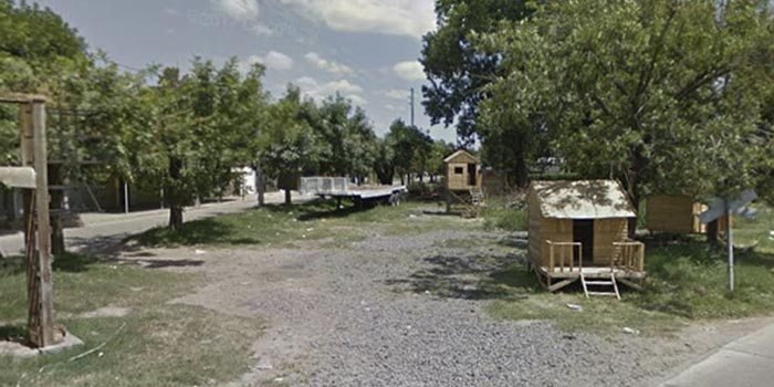 (Vista del acceso por Calle Corrientes, a la calle en la que se encuentra el depósito incendiado)