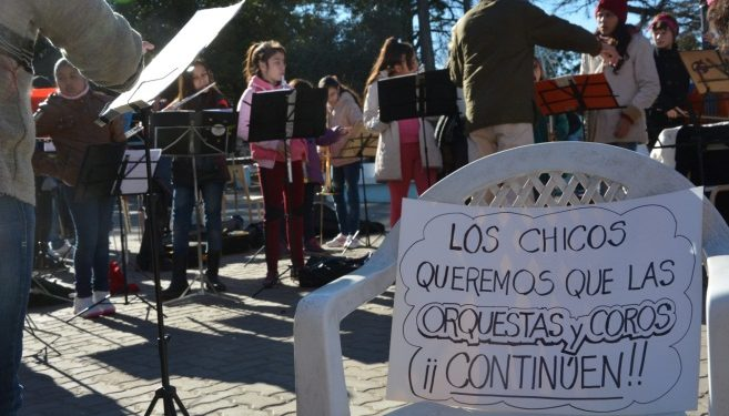 (Concierto en la plaza Martín Rodríguez- Reclamo ante el vaciamiento del Programa)