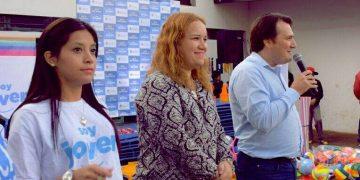 (Fotografía: del perfil público de Facebook de Noelia González/ Mientras trabajaba para el oficialismo, junto al Intendente Dario Kubar y la ahora concejala, Natalia Ruiz)