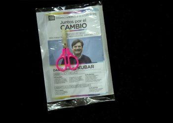 (Paquetes con boletas de Darío Kubar, un instructivo para el corte de boleta, y una tijera, recibido por VDP Noticias de manos de militantes de Cambiemos)