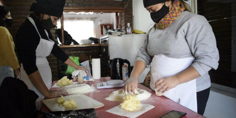 Carolina y Judith integrantes del sector de panadería de Casa Querandi