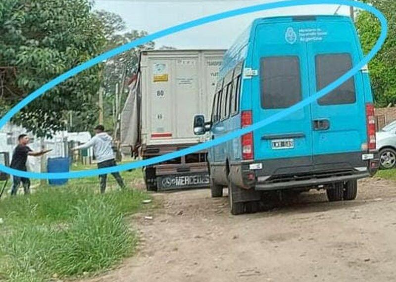 En la camioneta se distingue claramente la Inscripción: Ministerio de Desarrollo Social. Argentina
